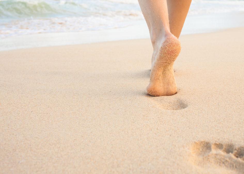 caminar por el mar beneficios y lesiones